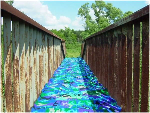 Инсталляция в виде вязаного моста