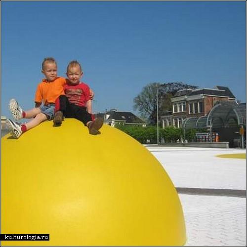 Гигантская яичница на площади города. Арт-проект Хенка Хофстры