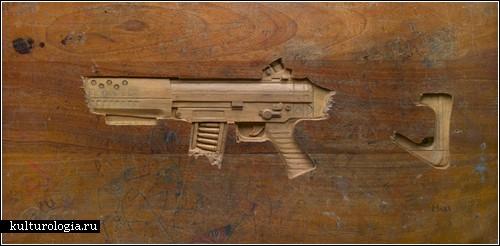Оружие, вырезанное на школьной парте