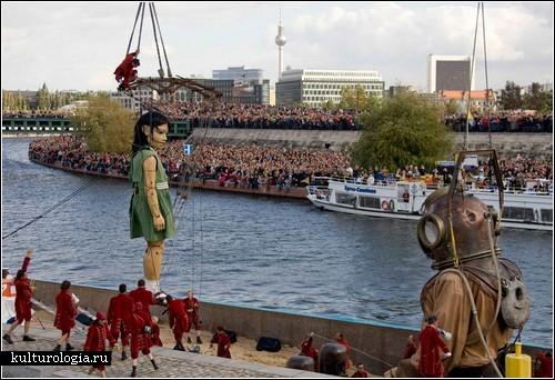 Шоу гигантских марионеток в Берлине