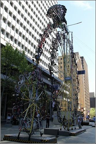 «Пенни-фартинг» из велосипедов в Сиднее