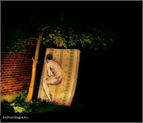 «Сонное» творчество Брайана Хантера: картины на матрацах