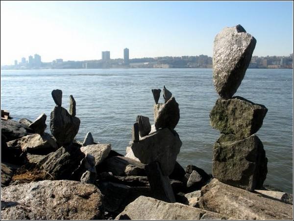 Каменные башни на берегу реки