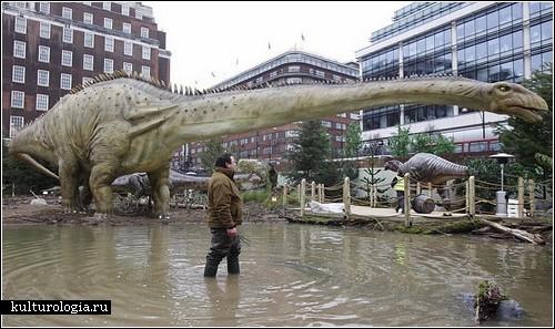 Самый большой - 30-метровый...  Большие и хищные рептилии оккупировали цент Лондона.