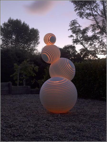С наступлением темноты скульптура начинает светиться