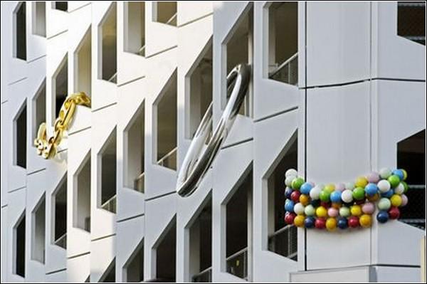На белом фасаде здания яркие украшения особенно заметны