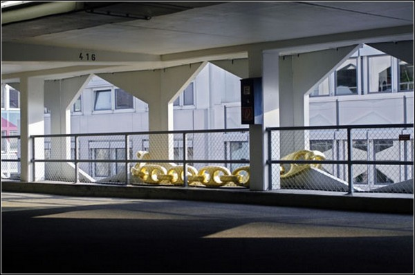 Вид на элемент инсталляции изнутри здания