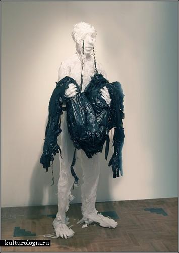 Пакистанский художник-скульптор Халил Чишти (Khalil Chishtee) использует мусорные пакеты для создания своих скульптур...