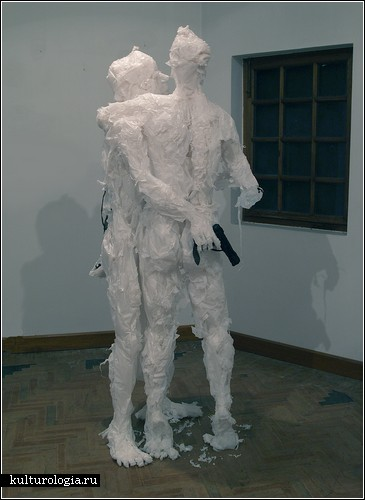Скульптура из пластиковых пакетов для мусора.  Источник:www.adme.ru.