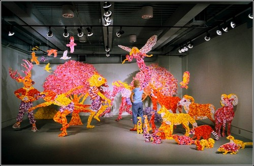 Тысячи бумажных цветов в инсталляциях Кристи Малакофф