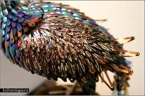 Павлины из женских штучек. Скульптуры Лорел Рот