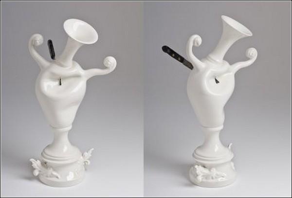 Фарфоровая ваза, пронзенная ножом