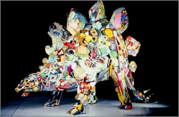 Найденный мусор автор превращает в скульптуры животных