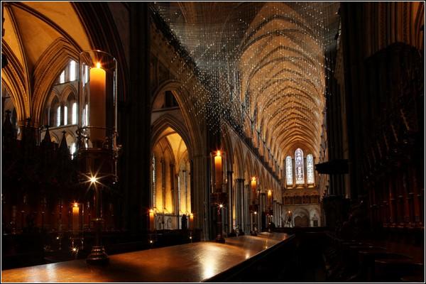 Светящееся облако в полумраке собора