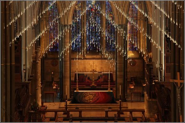 Инсталляция прекрасно вписалась в интерьер собора