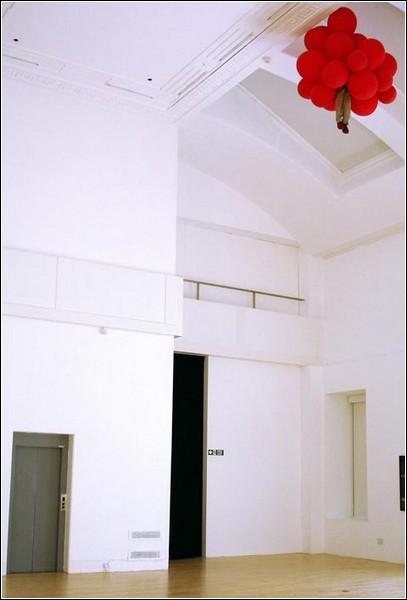 Мальчик с шарами под потолком