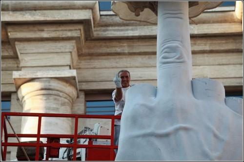 Средний палец на площади Милана. Провокационная скульптура Маурицио Каттелана