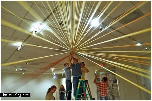 «Over It» - коллективная инсталляция из километров нитей