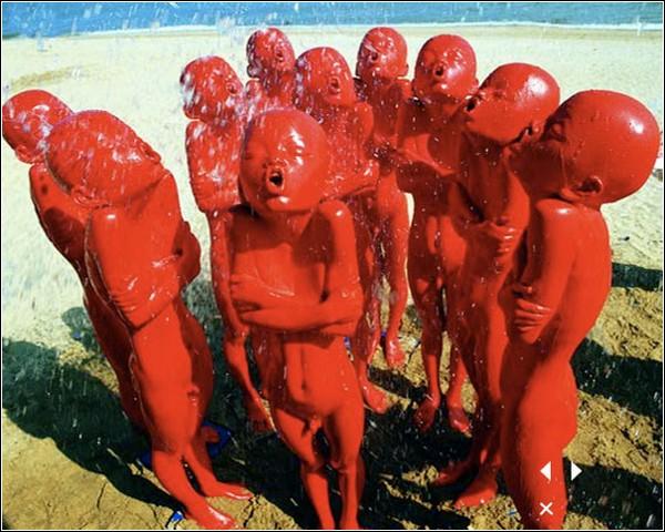Красные скульптуры выражают различные эмоции