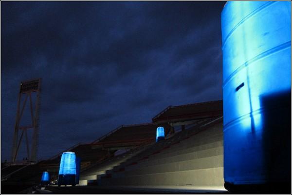 Светящиеся туалеты на трибунах стадиона. Инсталляция от Refunc