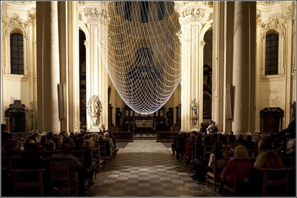 Перевернутый купол внутри церкви. Инсталляция от Gijs Van Vaerenbergh