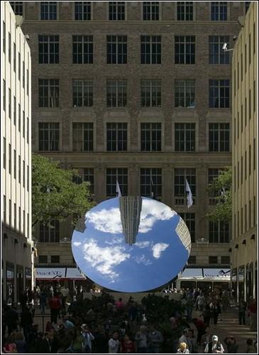 Зеркальные скульптуры Аниша Капура в лондонском парке