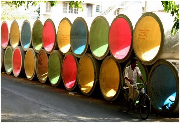 Яркая инсталляция из водопроводных труб