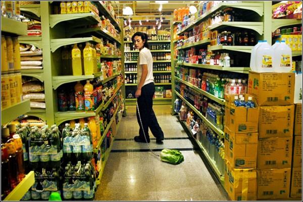 Как отреагируют на перфоманс посетители супермаркета?