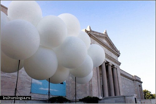 Белое облако из воздушных шаров. Инсталляция Марка Райгельмена