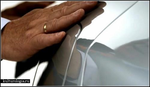 Слепой художник Эсриф Армаган нарисует автомобиль, который никто не видел