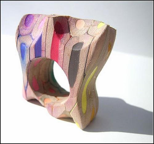 Эпатажные украшения из цветных карандашей
