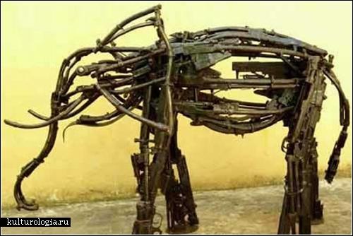 Оружие для мирных целей. Скульптуры и инсталляции из патронов и автоматов
