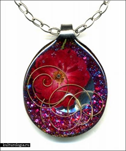 Цена одного такого медальона на цепочке составляет порядка 90 долларов, а продаются работы Карины на сайте магазина...