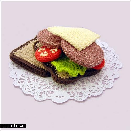 Вышитая колбаса на вязаном хлебе