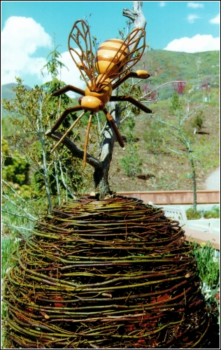 Пчела(скульптор David Roger)