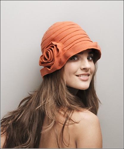 Головной убор является основным дополнением к наряду.  Береты, шляпы и шляпки актуальны...