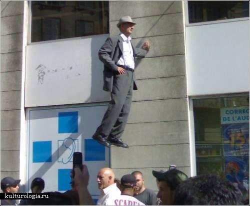 За пределами гравитации уличный перфоманс немецкого актера