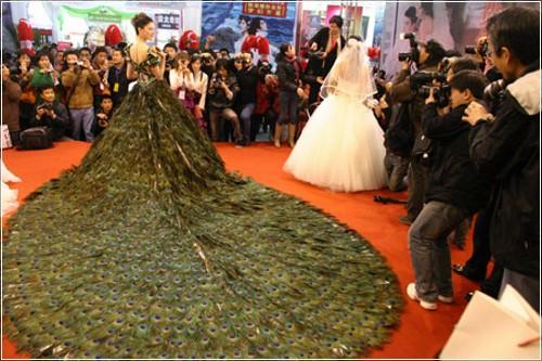 Свадебное платье из перьев павлина