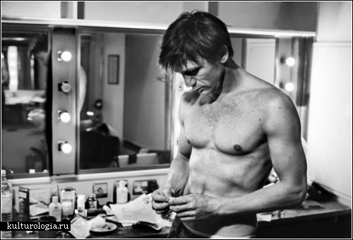 «Полчаса: фотографии актеров, которые готовятся к выходу на сцену» (The Half: Photographs of Actors Preparing for the Stage).  Фотографии Саймона Аннанда (Simon Annand)