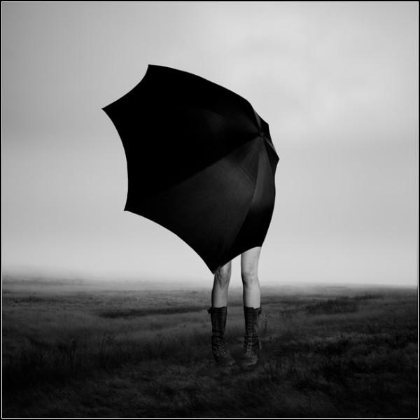 Черно-белая жизнь на фото Эдди О'Брайана: *Девушка с зонтиком*
