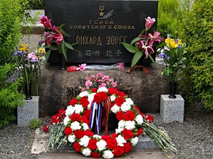 Памятник на могиле Рихарда Зорге./ Фото: infourok.ru