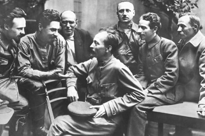 Дзержинский в группе коллегии ВЧК в 1918 году.