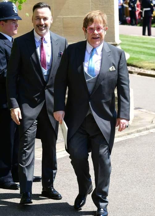 David Furnish e Elton John deixam a Capela de São Jorge no Castelo de Windsor.