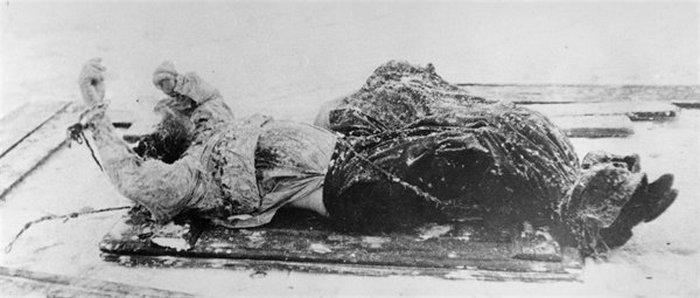 Полицейская фотография трупа Распутина, найденного в Малой Невке, 1916 г.