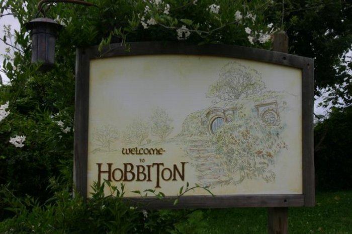 Матамата, Новая Зеландия - 7 января 2015 года. Табличка у входа в Хоббитон. Хоббитон - это город хоббитов, который использовался в съемках фильмов «Властелин колец» и «Хоббит»