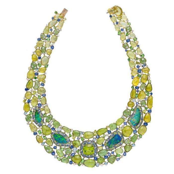 Колье Margot McKinney «Экзотическое изобилие» содержит множество турмалинов Paraiba, цветных драгоценных камней и опалов Lightning Ridge ($ 695 000).