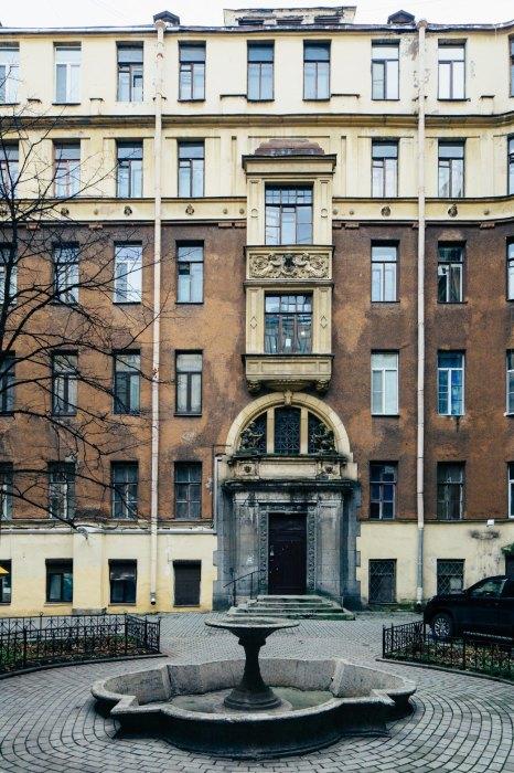 Фасад бывшего доходного дома на Моховой.
