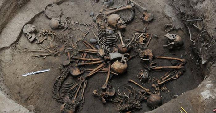 Спираль из скелетов в Мексике.