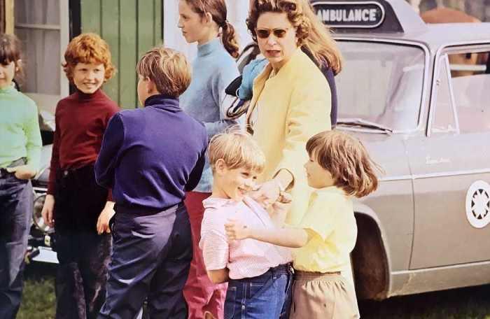 Неформальные фотографии британской королевской семьи выставили на аукцион.