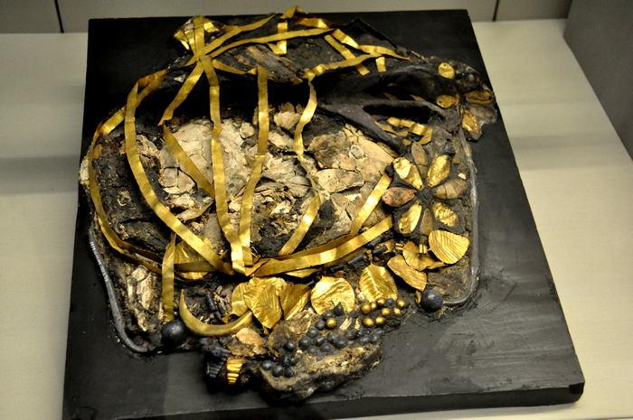 Дробленный череп и головной убор принцессы Пу'Аби, найденный в Ираке.